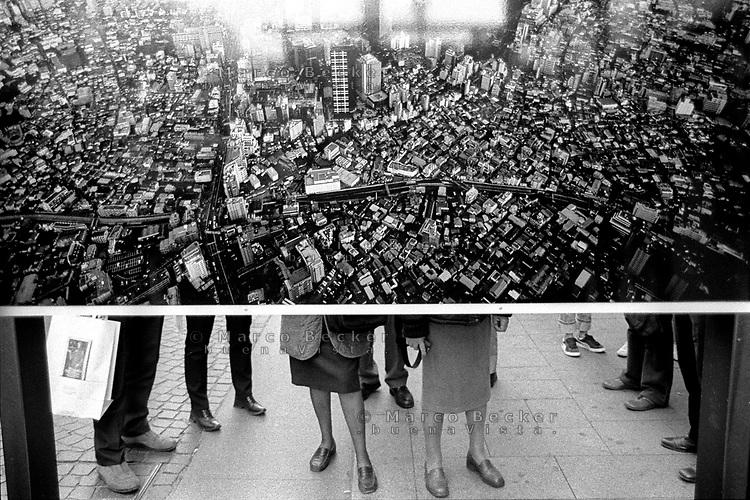 milano, mostra fotografica in via dante in centro città --- milan, photo exposition in dante street in downtown