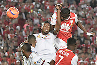 BOGOTÁ -COLOMBIA, 18-12-2016.  Hector Urrego (R) player of Santa Fe header the ball to score a goal to Tolima during the final second leg match between Independiente Santa Fe and Deportes Tolima of the Liga Aguila II 2016 played at the Nemesio Camacho El Campin Stadium in Bogota city. Photo: VizzorImage/ Gabriel Aponte / Staff