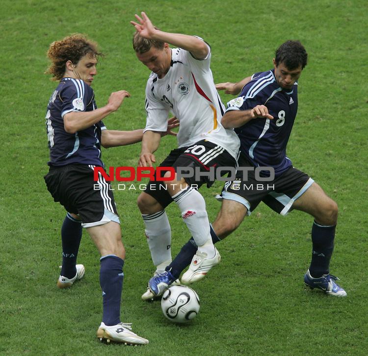 FIFA WM 2006 -  Quarter Finals / Viertelfinal<br /> Play   #57  (30-Jun) - Deutschland - Argentinien 5:3 n. E.<br /> <br /> Lukas Podolski (Mitte) von Deutschland im Zweikampf mit<br /> Fabricio Coloccini (links) und Javier Mascherano (rechts) von Argentinien.<br /> <br /> Foto &copy; nordphoto