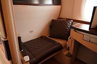 Suites im A380 von Singapore Airlines auf dem Frankfurter Flughafen - Frankfurt 23.10.2019: Schüler machen Zeitung bei Singapore Airlines