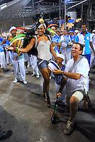 RIO DE JANEIRO - RJ - DIA 11 DE FEVEREIRO DE 2012.<br /> Na noite de s&aacute;bado (11) ensaio t&eacute;cnico da escola de samba Portela, na Marques de Sapuca&iacute;, situada no centro da cidade do Rio de Janeiro - RJ, no samb&oacute;dromo.<br /> A rainha da portela, atriz Sheron Menezes, junto com o prefeito da cidade do Rio de Janeiro Eduardo Paes tocando ag&ocirc;go.FOTO: RONALDO BRAND&Atilde;O/NEWSFREE