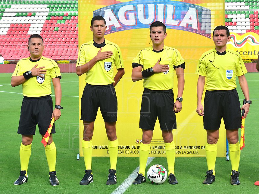 IBAGUE - COLOMBIA, 17-02-2019: Jonathan Ortiz (tercero desde Izq), árbitro, durante el encuentro entre Deportes Tolima y Envigado FC por la fecha 5 de la Liga Águila I 2019 jugado en el estadio Manuel Murillo Toro de Ibagué. / Jonathan Ortiz (third from L), referee, during the match between Deportes Tolima and Envigado FC for the date 5 of the Aguila League I 2019 played at Manuel Murillo Toro stadium in Ibague city. Photo: VizzorImage / Juan Carlos Escobar / Cont