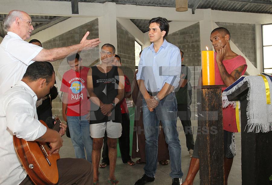 ATENÇÃO EDITOR: FOTO EMBARGADA PARA VEICULO INTERNACIONAL - SÃO PAULO, SP, 19 SETEMBRO 2012 - ELEIÇÕES SÃO PAULO 2012 - GABRIEL CHALITA -  O candidato a prefeitura de São Paulo pelo PMDB Gabriel Chalita (centro) durante visita a pastoral do povo de rua na região da Luz no centro da capital paulista nesta quarta feira, 19. (FOTO: LEVY RIBEIRO / BRAZIL PHOTO PRESS)