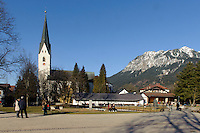 Katholische Kirche St.Johannes Baptist und  Kurpark in Oberstdorf im Allgäu, Bayern, Deutschland<br /> Catholic church St. Johann Baptist and spa park  in Oberstdorf, Allgäu, Bavaria,  Germany