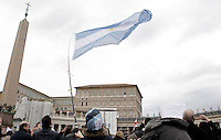 Un bambino sventola una bandiera argentina in Piazza San Pietro in occasione del primo Angelus di Papa Francesco, sullo sfondo, dalla finestra del suo studio, Citta' del Vaticano, 17 marzo 2013..A child waves an argentine flag as Pope Francis, in background, recites his first Sunday Angelus prayer from his studio window overlooking St. Peter's square at the Vatican, 17 March 2013..UPDATE IMAGES PRESS/Riccardo De Luca -STRICTLY FOR EDITORIAL USE ONLY-