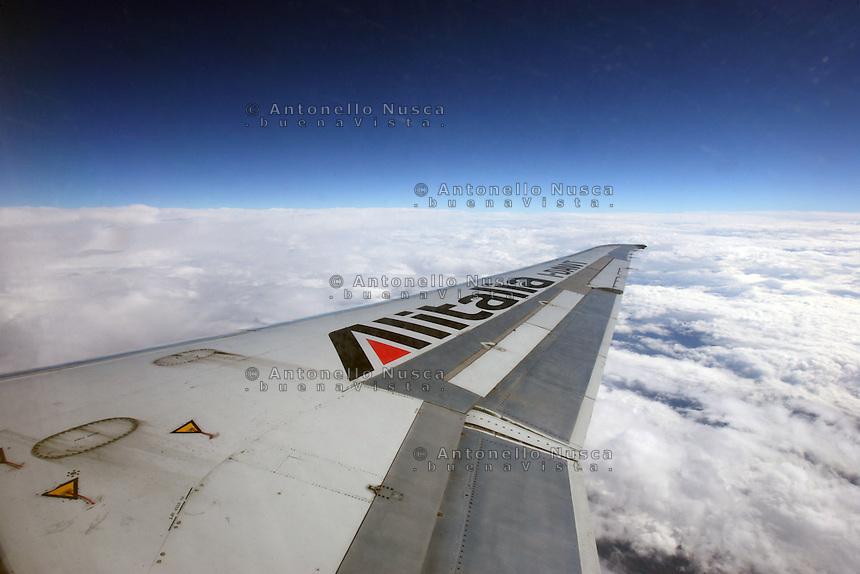 Un aereo Alitalia in volo.