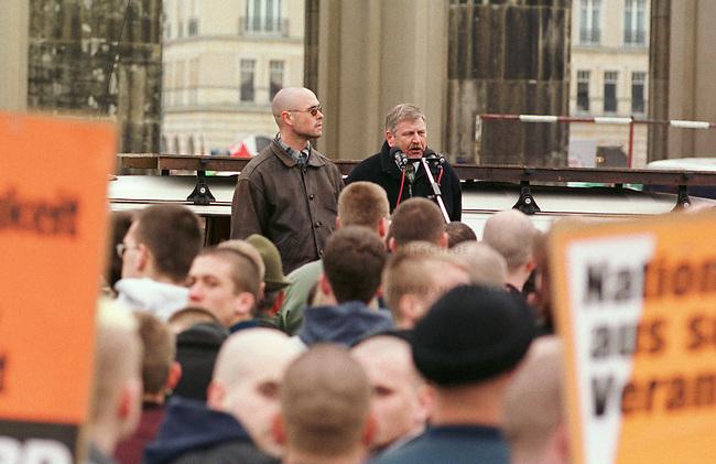 500 Mitglieder und Sympathiesanten der rechtsextremistischen NPD demonstrierten am Sonntag den 12. Maerz 2000 in Berlin anlaesslich des Jahrestages des Anschlusses Oesterreichs an Nazideutschland unter dem Motto: Wir sind ein Volk - Haende weg von Oesterreich. Verbote der Demonstration durch den Berliner Innensenat wurden von den Gerichten widerrufen. Einzige Auflagen fuer die NPD war der Verzicht auf Fahnen, Trommeln und kein Marsch durch das Brandenburger Tor.<br /> Hier: Rechts, Udo Voigt, Vorsitzender der NPD haelt eine Rede vor dem Tor.<br /> 12.3.2000, Berlin<br /> Copyright: Christian-Ditsch.de<br /> [Inhaltsveraendernde Manipulation des Fotos nur nach ausdruecklicher Genehmigung des Fotografen. Vereinbarungen ueber Abtretung von Persoenlichkeitsrechten/Model Release der abgebildeten Person/Personen liegen nicht vor. NO MODEL RELEASE! Nur fuer Redaktionelle Zwecke. Don't publish without copyright Christian-Ditsch.de, Veroeffentlichung nur mit Fotografennennung, sowie gegen Honorar, MwSt. und Beleg. Konto: I N G - D i B a, IBAN DE58500105175400192269, BIC INGDDEFFXXX, Kontakt: post@christian-ditsch.de<br /> Bei der Bearbeitung der Dateiinformationen darf die Urheberkennzeichnung in den EXIF- und  IPTC-Daten nicht entfernt werden, diese sind in digitalen Medien nach &sect;95c UrhG rechtlich gesch&uuml;tzt. Der Urhebervermerk wird gemaess &sect;13 UrhG verlangt.]