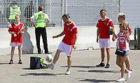 Polnische Fans vertreiben sich am Stadioneingang die Zeit - 19.06.2018: Polen vs. Senegal, Gruppe H, Spartak Stadium Moskau
