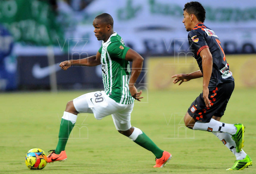 MEDELLIN - COLOMBIA-27-10-2013: Miller Mosquera (Izq.) jugador del Atletico Nacional disputa el balón con Jeyson Vargas (Der.) jugador de Boyaca Chico F.C. durante partido en el estadio Atanasio Girardot de la ciudad de Medellin, octubre 27 de 2013. Atletico Nacional y Boyaca Chico F.C. durante partido por la decimosexta fecha de la de la Liga Postobon II. (Foto: VizzorImage / Luis Rios / Str).  Miller Mosquera (L) player of Atletico Nacional vies for the ball with Jeyson Vargas (R) player of Boyaca Chico F.C. during a match at the Atanasio Girardot Stadium in Medellin city, October 27, 2013. Atletico Nacional and Boyaca Chico F.C. during a match for the sixteenth round of the Postobon II League. (Photo: VizzorImage / Luis Rios / Str).
