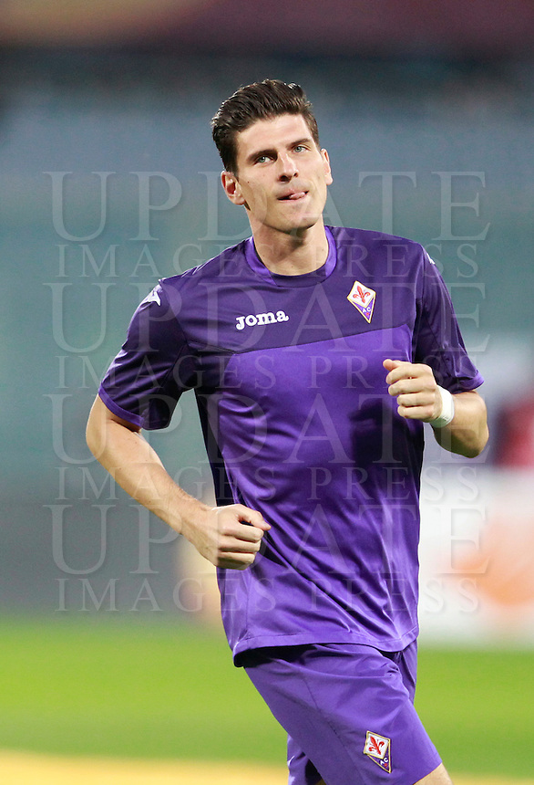 Calcio, ritorno degli ottavi di finale di Europa League: Fiorentina vs Juventus. Firenze, stadio Artemio Franchi, 20 marzo 2014. <br /> Fiorentina forward Mario Gomez, of Germany, warms up prior to the start of the Europa League round of 16 second leg football match between Fiorentina and Juventus at Florence's Artemio Franchi stadium, 20 March 2014. Juventus won 1-0 to advance to the round of eight.<br /> UPDATE IMAGES PRESS/Isabella Bonotto