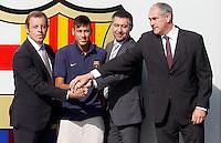 ATENCAO EDITOR FOTO DE ARQUIVO 03/06/2013 - <br /> Um dia após se confirmar a investigação na Audiência Nacional espanhola em relação à contratação de Neymar, Sandro Rosell anunciou, na tarde desta quinta-feira, sua saída da presidência do Barcelona. Em um pronunciamento oficial na sede do clube, após uma reunião com o restante da direção do Barça, o dirigente entregou um pedido de demissão por conta da denúncia que sofreu. O atual vice-presidente, Josep Maria Bartomeu, vai assumir o cargo e ficará no comando até 2016, quando terminaria o mandato de Rosell. <br /> <br /> BARCELONA, ESPANHA, 03.06.2013 - NEYMAR / BARCELONA - O jogador brasileiro Neymar da Silva Santos Junior, novo reforço do Barcelona e o presidente do clube Sandro Rossell posa para os fotógrafos no estádio Camp Nou, em Barcelona, nesta segunda-feira (03). O astro da seleção brasileira e ex-Santos assinou um contrato de cinco anos com o clube catalão. (FOTO: ACERO / ALFAQUI / BRAZIL PHOTO PRESS).