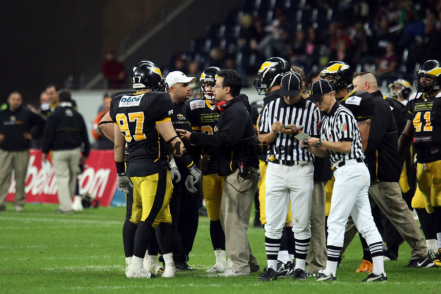 Head Coach Shuan Fatah (Berlin) gibt Anweisungen<br /> German Bowl XXXI Berlin Adler vs. Kiel Baltic Hurricanes, Commerzbank Arena *** Local Caption *** Foto ist honorarpflichtig! zzgl. gesetzl. MwSt. Auf Anfrage in hoeherer Qualitaet/Aufloesung. Belegexemplar an: Marc Schueler, Alte Weinstrasse 1, 61352 Bad Homburg, Tel. +49 (0) 151 11 65 49 88, www.gameday-mediaservices.de. Email: marc.schueler@gameday-mediaservices.de, Bankverbindung: Volksbank Bergstrasse, Kto.: 151297, BLZ: 50960101