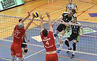 PREFAXIS MENEN - NOLIKO MAASEIK :<br /> Dries Heyrman (4) slaat doorheen het blok van Robert Bontje (17) en Raic (4)<br /> <br /> Foto VDB / Bart Vandenbroucke