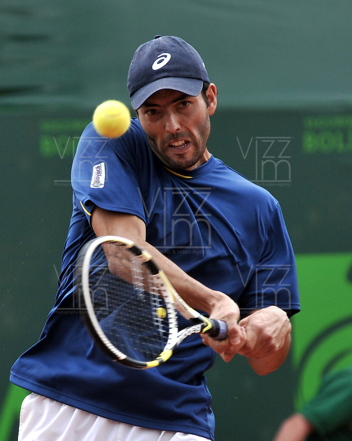 BOGOTA - COLOMBIA -05 -11-2013: Carlos Salamanca, tenista colombiano devuelve la bola a Facundo Bagnis, tenista de Argentina, durante partido de la primera ronda del Seguros Bolivar Open en el Club Campestre el Rancho de la ciudad de Bogota. / Carlos Salamanca Colombian tennis player returns the ball to Facundo Bagnis, Argentina tennis player during a match for the first round of the Seguros Bolivar Open in the Club Campestre El Rancho in Bogota city.Photo: VizzorImage  / Luis Ramirez / Staff.