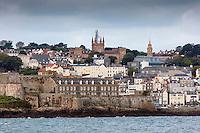 Royaume-Uni, îles Anglo-Normandes, île de Guernesey, Saint Peter Port:  la ville et Castle Cornet// United Kingdom, Channel Islands, Guernsey island, Saint Peter Port: <br /> Castle Cornet and the tawn