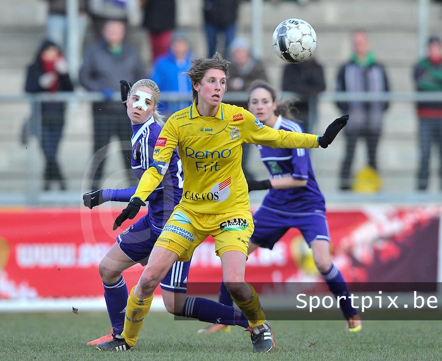 Waasland Beveren Sinaai Girls - RSC Anderlecht : Katrijn Windey plukt de bal uit de lucht.foto DAVID CATRY / Nikonpro.be