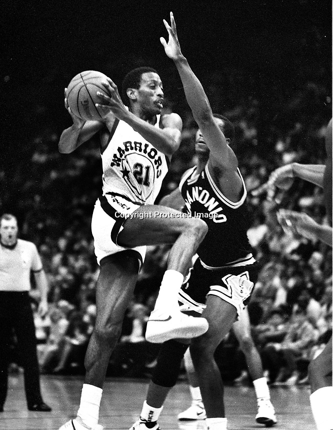 """Golden State Warriors Eric """"Sleepy"""" Floyd against San Antonio Spurs Mike Mitchell..(1987 photo/Ron <br />Riesterer)"""