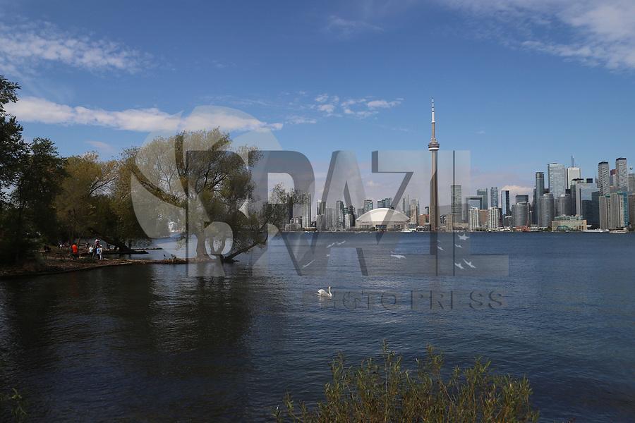 TORONTO, CAN, 25.09.2019 - TURISMO-TORONTO - CN Tower (Canadian National Tower), torre turística e de comunicações que tem 553,33 metros de altura, sendo a terceira mais alta do mundo, vista de Toronto Island Park, nesta quarta-feira, 25. (Foto Charles Sholl/Brazil Photo Press/Folhapress)