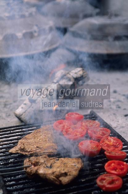 Europe/Croatie/Dalmatie/ Ile de Vis/ Vis: Cuisson au grill sur la braise   de la  viande d'agneau  et des  tomates chez Oliver Roki Dolmaine  Roki's