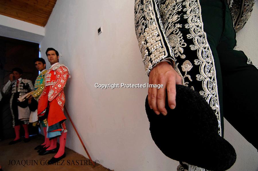 22 JULIO 2008 SANTANDER .Corrida de toros del 22 julio dentro de las fiestas de Santiago, Las cuadrillas de  espera en el callejon antes de salir..foto JOAQUIN GOMEZ SASTRE