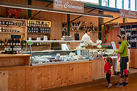 Frankreich, Bourgogne-Franche-Comté, Département Jura, Dole: Verkaufsstand mit Spezialitaeten aus der Region in der Markthalle | France, Bourgogne-Franche-Comté, Département Jura, Dole: food stall offering local specialities in market hall