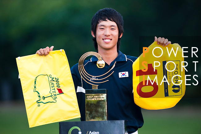 SHENZHEN, CHINA - NOVEMBER 01:  Chang-Won Han of South Korea poses with the trophy after winning the Asian Amateur Championship at the Mission Hills Golf Club on November 1, 2009 in Shenzhen, Guangdong, China. Chang-Won Han wins a place at the 2010 Masters Tournament and International Final Qualifying for the 150th Open Championship at St Andrews  (Photo by Victor Fraile/The Power of Sport Images) *** Local Caption *** Chang-Won Han