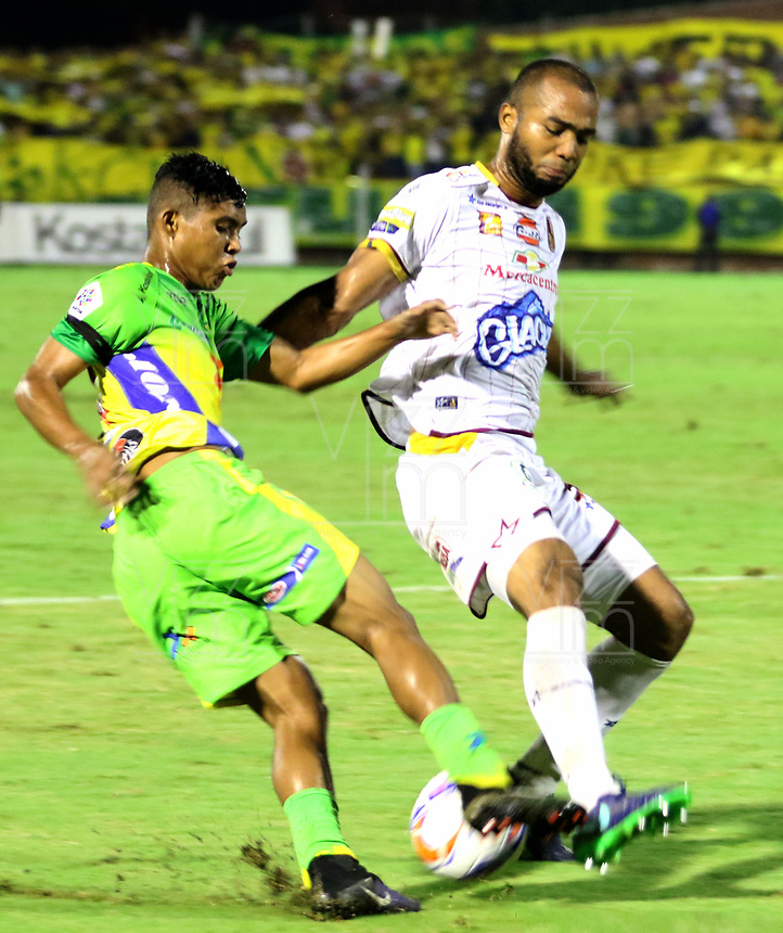 NEIVA - COLOMBIA, 04-04-2018: Andres Amaya (Izq) del Atlético Huila disputa el balón con Luis Payares (Der) del Deportes Tolima durante partido por la fecha 8 de la Liga Águila I 2018 jugado en el estadio Guillermo Plazas Alcid de la ciudad de Neiva. / Andres Amaya (L) player of Atletico Huila fights for the ball with Luis Payares (R) player of Deportes Tolima during match for the date 8 of the Aguila League I 2018 played at Guillermo Plazas Alcid in Neiva city. VizzorImage / Sergio Reyes / Cont