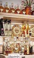 Croatia, Kvarner Gulf, Cres: tasting liqueur of local production | Kroatien, Kvarner Bucht, Cres: lokale Likoere von der Insel Cres zum Probieren