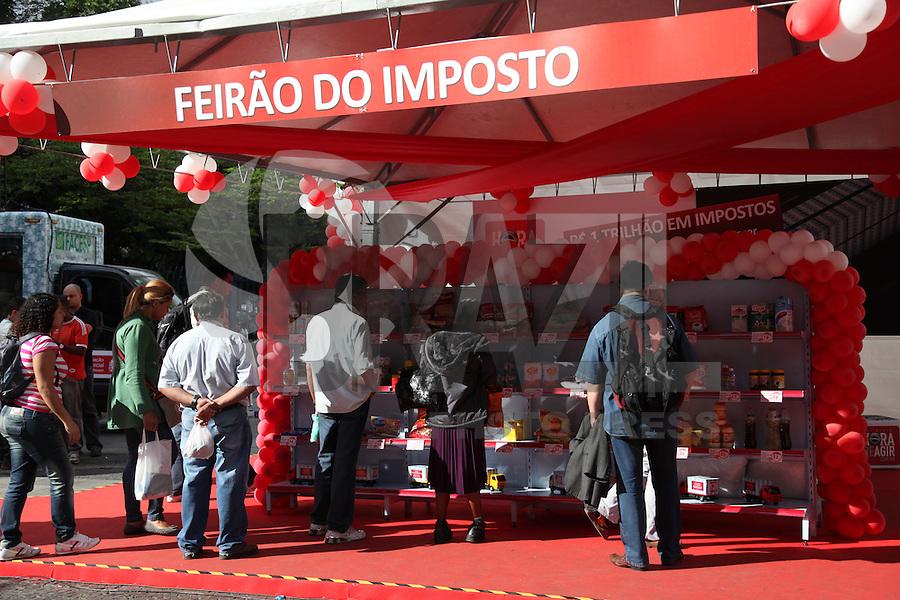 SAO PAULO, SP, 29/08/2012, EXPOSICAO HORA DE AGIR. Foi montada uma exposicao do movimento Hora de Agir  no Pateo do Colegio, a intencao e mostrar a populacao o quanto se paga de impostos no itens de consumo diario. Cerca de 80 produtos tinham os valores com e sem imposto, alem da porcentagem cobrada pelo governo.  Luiz Guarnieri/ Brazil Photo Press