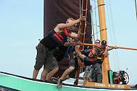 SKUTSJESILEN: HEEG: Hegemer Mar, 14-08-2012, IFKS skûtsjesilen, A-klasse, skûtsje Striidber, bemanning op het voordek met de fokkeloet in het voordewindse rak, ©foto Martin de Jong