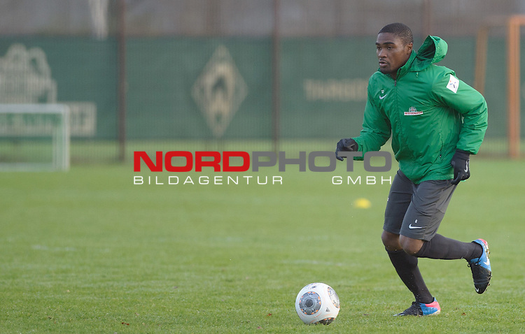 03.12.2013, Trainingsgelaende, Bremen, GER, 1.FBL, Training Werder Bremen, im Bild C&eacute;dric Makiadi (Bremen #6)<br /> <br /> Foto &copy; nph / Frisch