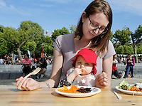 Nederland  Amsterdam 2016. De Langste Vegetarische Tafel op het Museumplein. De Langste Vegetarische Tafel is een door de Vegetariërsbond, Tivall en Sabra georganiseerde culinaire recordpoging. Men wil met een gratis maaltijd laten zien dat vegetarisch eten lekker is en goed voor het klimaat. Baby eet geraspte worteltjes en bietjes. Foto Berlinda van Dam / Hollandse Hoogte