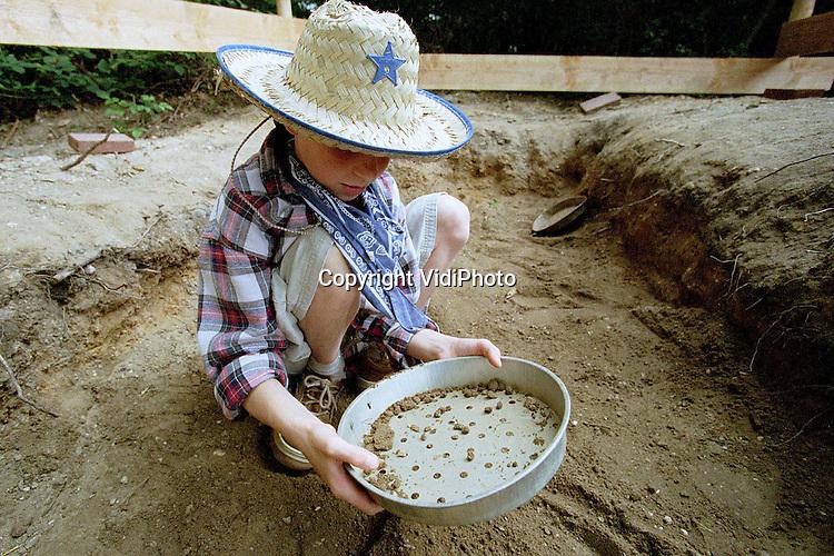"""Foto: VidiPhoto..ARNHEM - Een brandmerk maken, lasso werpen, goud zoeken, kattapult schieten en een paard beslaan. Deze zomer kunnen kinderen van 6-12 jaar in het Openluchtmuseum in Arnhem beleven hoe het is om een cowboy te zijn. De belangstelling voor het project is groot. Het Amerikaanse thema is gekozen naar aanleiding van de tentoonstelling """"De Amerikaanse Droom in Nederland""""."""
