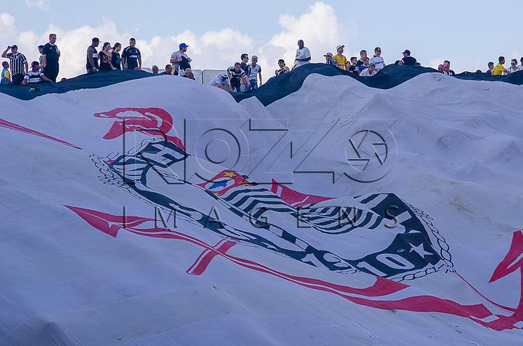 Bandeira da torcida do Corinthians no jogo Corinthians 2 x 1 Criciúma na Arena Corinthians, São Paulo - SP, 06/12/2014.