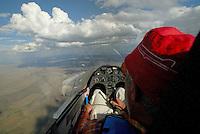 4415 / Duo Cockpit: AFRIKA, SUEDAFRIKA, 02.01.2007: Pilot beim Segelfliegen in einem Duo Discus Cockpit, Blick auf Instrumente und Wolken