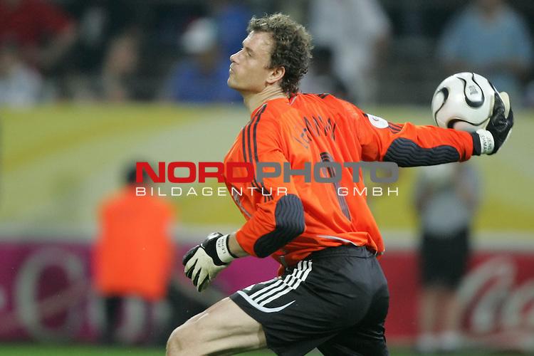 FIFA WM 2006 -  Semi Finals / Halbfinale<br /> Play    #61 (04-Juli) - Deutschland - Italien 0:2 n.V.<br /> <br /> Torwart Jens Lehmann von Deutschland in Aktion.<br /> Jens Lehmann beim Abwurf.<br /> <br /> Foto &copy; nordphoto