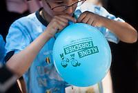 """Berlin, Ein Kind bläst am Mittwoch (12.06.13) in der Kindertagesstätte (Kita) Reuterstraße bei der frühkindlichen Bildungsinitiative """"Tag der kleinen Forscher"""" der Stiftung """"Haus der kleinen Forscher"""" einen Luftballon auf. Foto: Steffi Loos/CommonLens"""