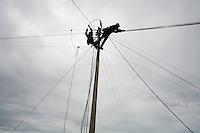 Sao Joao Del Rei_MG, Brasil...Operarios trabalhando na eletrificacao rural no Programa Luz para todos em Sao Joao Del Rei...Workers working in the rural electrification, for Luz para Todos program, in Sao Joao Del Rei...FOTO: LEO DRUMOND / NITRO