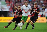 FUSSBALL   1. BUNDESLIGA   SAISON 2011/2012    2. SPIELTAG Bayer 04 Leverkusen - SV Werder Bremen              14.08.2011 Aaron HUNT (Mitte, Bremen) gegenMichal KADLEC (li) und Lars BENDER (re, beide  Leverkusen)