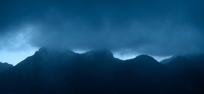 &quot;Quise ser niebla, navegar invisible entre las monta&ntilde;as de nuestros recuerdos, nacer con los r&iacute;os en el alba de tu mirada&quot;.<br /> <br /> Valhalla / Cerro Picacho, Panam&aacute;.<br /> <br /> Panor&aacute;mica de 2 fotograf&iacute;as.<br /> <br /> Edici&oacute;n de 25 | V&iacute;ctor Santamar&iacute;a.