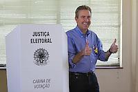 ATENCAO EDITOR IMAGEM EMBARGADA PARA VEICULO INTERNACIONAL-CURITIBA, PR, 07 DE OUTUBRO DE 2012 – ELEIÇÃO – O prefeito de Curitiba, Luciano Ducc (PSB), candidato a reeleição, votou na manhã de domingo (7) no Colégio Sion, no bairro Batel. O candidato da Coligação Curitiba Sempre na Frente (PSB, PSDB, PPS, DEM, PP, PSD, PTB, PRB, PSL, PTN, PSDC, PHS, PMN, PTC e PRB) é o segundo colocado nas pesquisas eleitorais. (FOTO: ROBERTO DZIURA JR./ BRAZIL PHOTO PRESS)