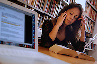 Studentessa nella sua casa mentre studia. Student in her home while studying....