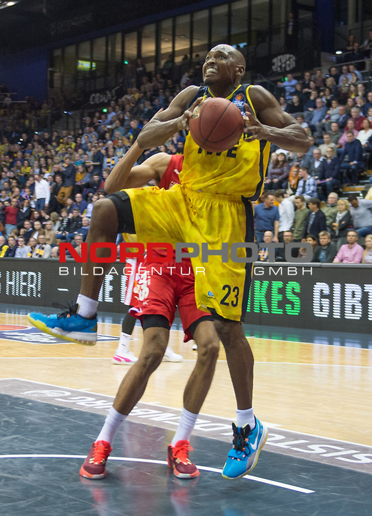 01.12.2019, EWE Arena, Oldenburg, GER, easy Credit-BBL, EWE Baskets Oldenburg vs Brose Bamberg, im Bild<br /> Rickey PAULDING (EWE Baskets Oldenburg #23 ) Louis OLINDE (Brose Bamberg #16 )<br /> Foto © nordphoto / Rojahn