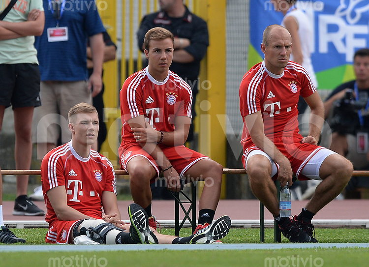 FUSSBALL  1. Bundesliga   2013/2014   Testspiel  FC Bayern Muenchen - Brescia Calcio      09.07.2013 Holger Badstuber (FC Bayern Muenchen), Mario Goetze (FC Bayern Muenchen) und Arjen Robben (v.li., FC Bayern Muenchen) auf der Bank