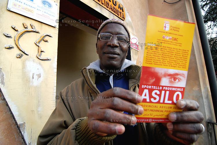 Parma/Italia - Un rifugiato appena giunto a Parma esce dagli uffici dell'Onlus CIAC dove si &egrave; recato per conoscere le modalit&agrave; per la richiesta di asilo politico.<br /> Foto Livio Senigalliesi