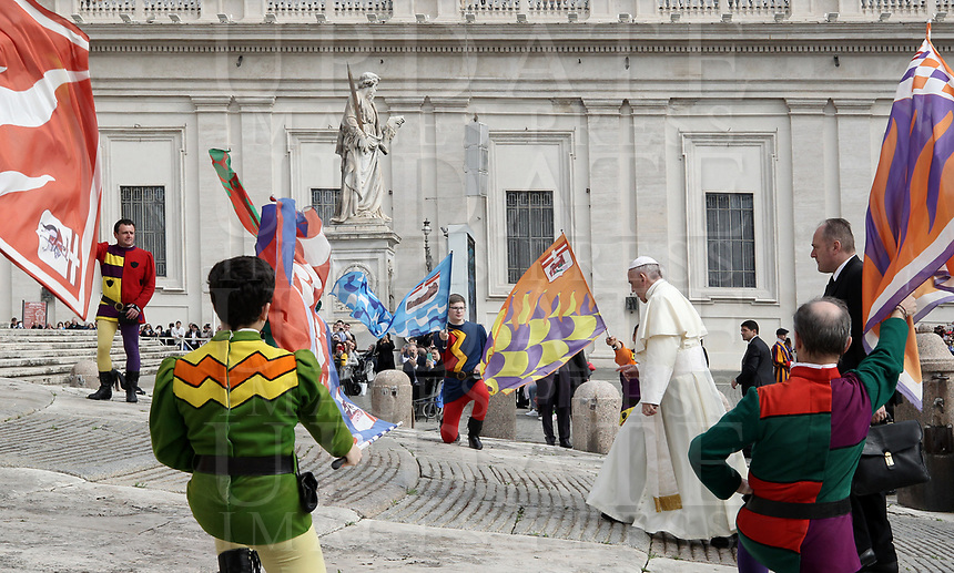 Sbandieratori di Asti effettuano una performance all'arrivo di Papa Francesco all'udienza generale del mercoledi' in Piazza San Pietro, Citta' del Vaticano, 18 aprile, 2018.<br /> Flag-wavers from Asti in northern Italy perform for Pope Francis as he arrives to lead his weekly general audience in St. Peter's Square at the Vatican, on April 18, 2018.<br /> UPDATE IMAGES PRESS/Isabella Bonotto<br /> <br /> STRICTLY ONLY FOR EDITORIAL USE