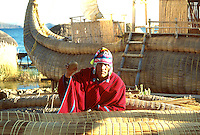 LAGO TITICACA-BOLIVIA. 08-09-2007. Los habitantes locales que viven junto al lago, conocido como el origen de la civilización Inca, han conservado hasta hoy la tradición de fabricar sus barcas en totora (planta que crece silvestre en el Titicaca). Locals living near the lake, known as the origin of the Inca civilization, have kept up the tradition today of making their boats in cattail (plant that grows wild in the Titicaca). (Photo: VizzorImage)
