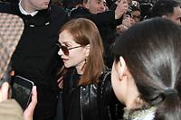 Isabelle Huppert - ARRIVEES AU DEFILE 'VUITTON' AU LOUVRE - FASHION WEEK DE PARIS