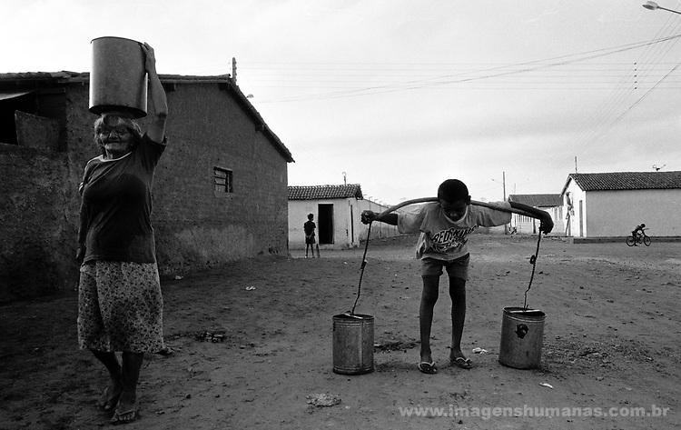 Northeast Brazil..City: Soledade; State: Paraíba..Drought. Population takes water in public reservoir..população pegando água em rezervatório público.soledade - Paraíba