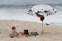 COPACABANA, RJ, 15 DE MARÇO DE 2013 - CLIMA TEMPO - Movimentacao na praia de Copacabana no Rio de Janeiro, nesta sexta-feira,15. FOTO: THIAGO LOUZA / BRAZIL PHOTO PRESS
